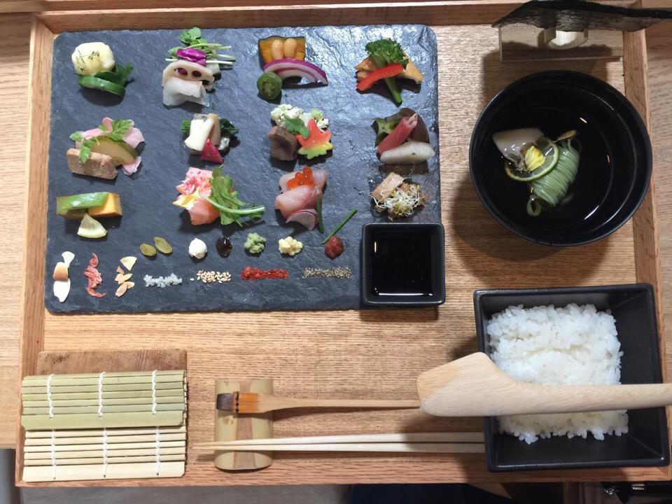 予約必須な人気店!京都「アウーム」の繊細な手織り寿司で舌鼓