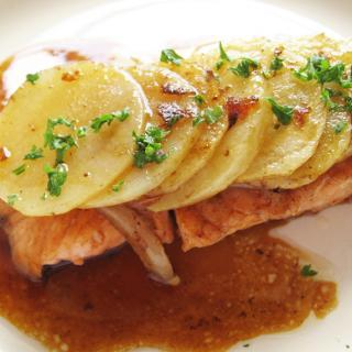 2. ボリューム満点!鮭のじゃがバター焼き