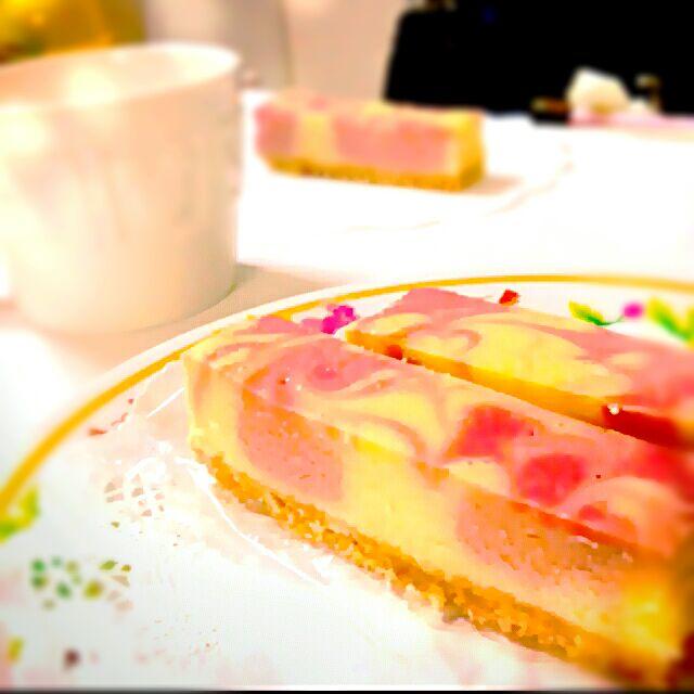 ラズベリー マーブルチーズケーキ 鮮やかなピンクが可愛いしっとり濃厚チーズケーキです Takako Snapdish スナップディッシュ Id Qv1zua