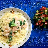 Shrimp and broccoli pasta with homemade alfred sauce Tomato and cucumber salad #alfred #pasta #homemade #salada #cucumber  #tomato