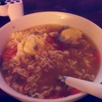 🍜 Ramen noodles, onion, tomatoes, chicken, carrots, 2 poached eggs, and hoisin sauce. Mmmmm😁 #noodlesoup