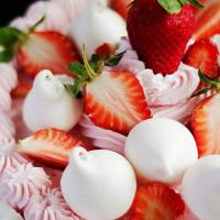 #strawberry shortcake Soft vanilla cake.light strawberry milk cream.fresh strawberries and crunchy mallow meringues