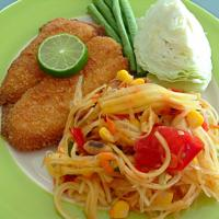 Somtum tai with pescado empanizado (Thai green papaya salad with breaded fish)  #Thai cuisine #Cocina mexicana #Mexican cuisine
