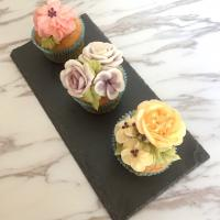 Banana and chocolate chips cupcakes with buttercream flowers  #cupcakes #bananas #chocolate #花 #flower