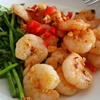 Spicy garlic prawns with pea shoots and asparagus 😍