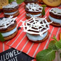 spider chocolate cookie sandwich🕸 with spirulina mint cream