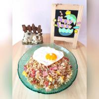Bacon fried rice 🍚 🥓 I love fried rice, this time I've made it Korean inspiration style. With garlic and soy sauce only.  Plus pork bacon and sunny side up on