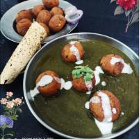paneer balls deep in spinach curry