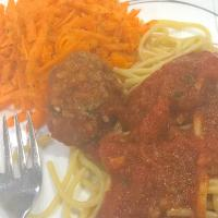 Spaghetti with meatballs and carrot salad